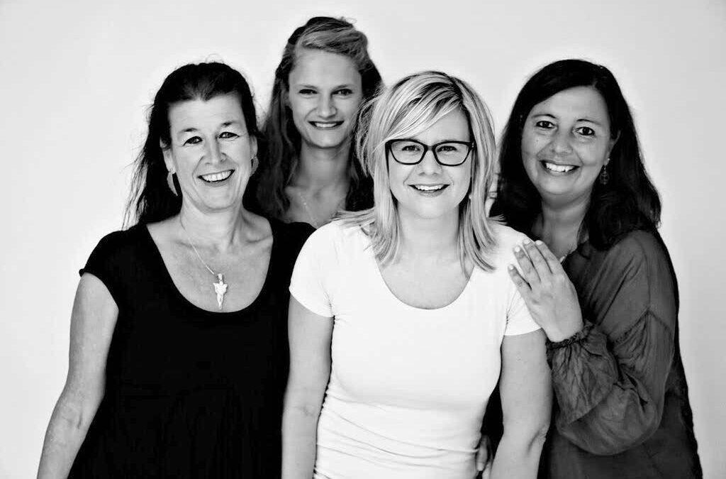 Moki, 4 Frauen lächeln fröhlich in die Kamera